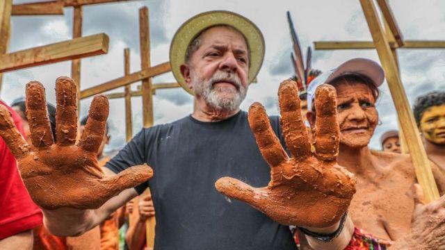 O ex-presidente Lula durante um ato em Mariana-MG