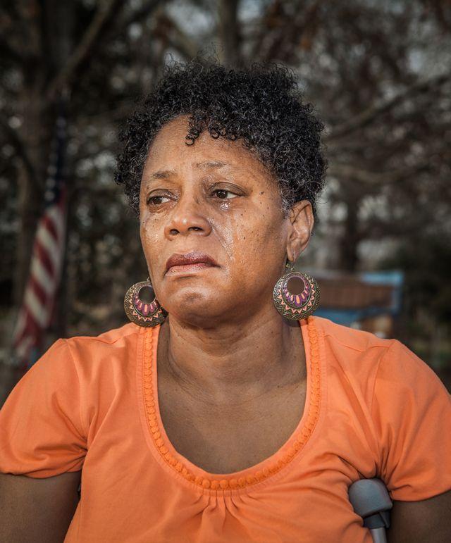 Antoinette Harrell con lágrimas rodando por su cara