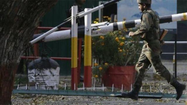 भारत प्रशासित कश्मीर के उड़ी में तैनात सेना का जवान
