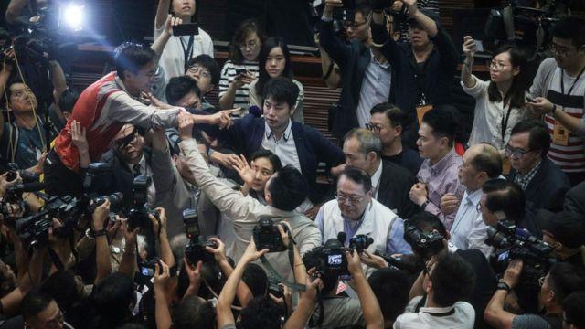 上周六的委員會會議期間爆發衝突,造成多名議員受傷。