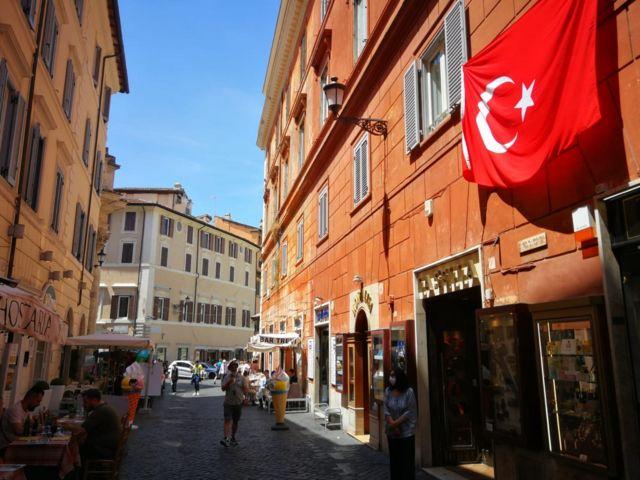 Aşk Çeşmesi'ne çıkan sokaklardan birine Türkiye bayrağı asıldı.