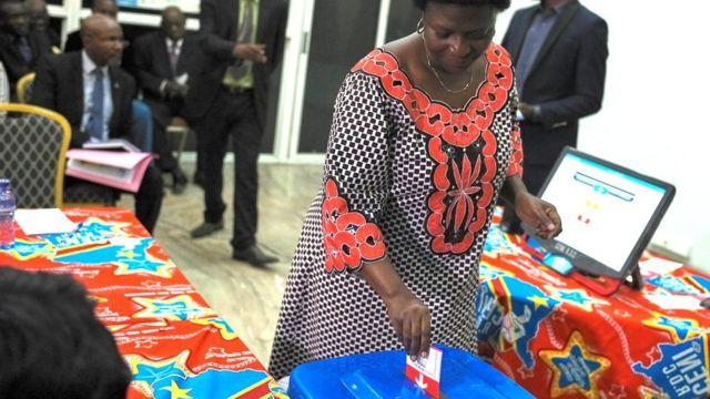 Umugore arimo aragerageza uburyo buzakoreshwa batora muri Kongo
