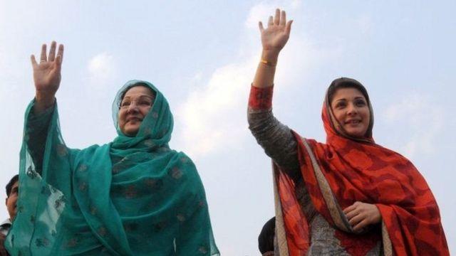 Dhanka midig Maryam Nawaz gabadha ay dhashay, dhanka bidixna waa Kulsoom Nawaz xaaska Nawaz Sharif