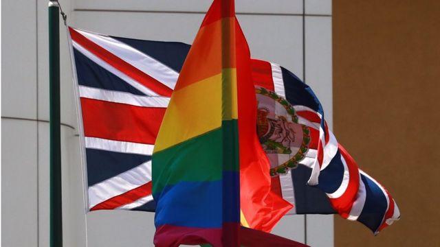 Флаги Великобритании и ЛГБТ-сообщества на здании посольства Великобритании