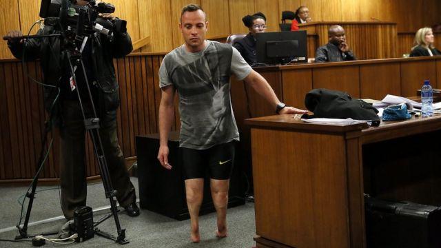 Óscar Pistorius camina sin sus prótesis durante la última audiencia del juicio por la muerte de su novia.