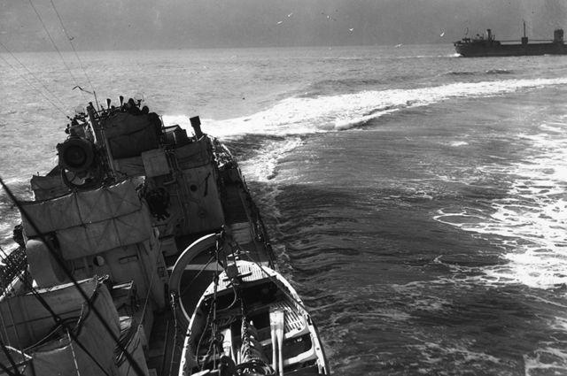 Un destructor de escolta británico protegiendo a un convoy en el Atlántico en 1942.