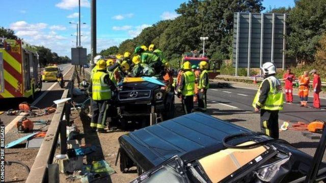 Les pompiers délivrant Pape Souaré de son vehicule