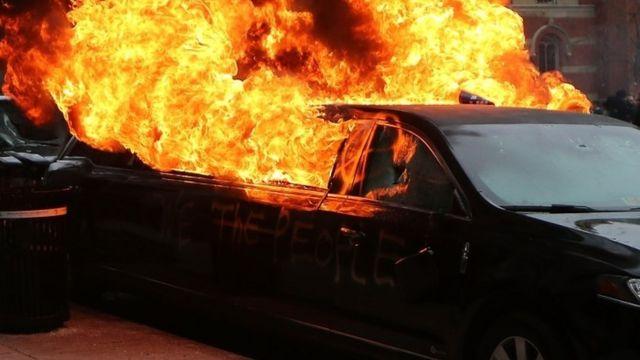 ワシントンのK通りで、トランプ氏の大統領就任に抗議するデモ隊がリムジンに放火