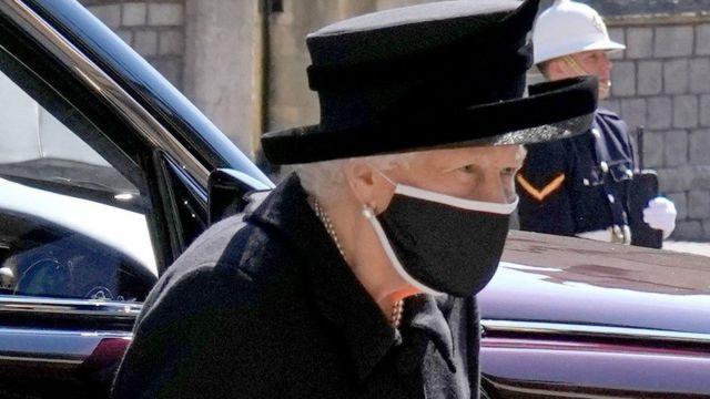 الملكة لدى خروجها من السيارة وكان في استقبالها رئيس أساقفة كانتربيري