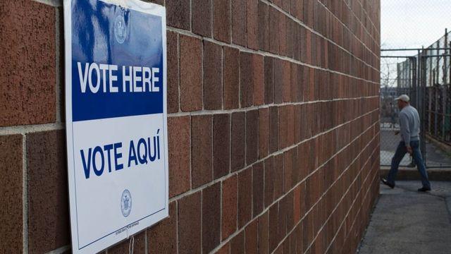 Un cartel de votación en inglés y español