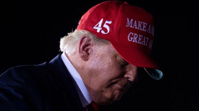 Donald Trump de perfil con una gorra roja