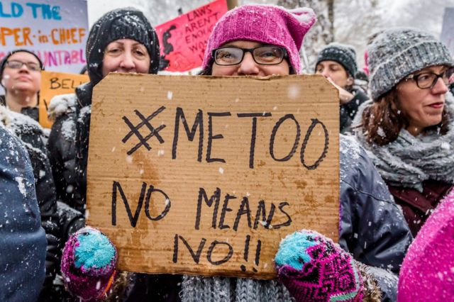 Phụ nữ Mỹ cổ động cho phong trào #MeToo trước cửa khách sạn Trump International Hotel