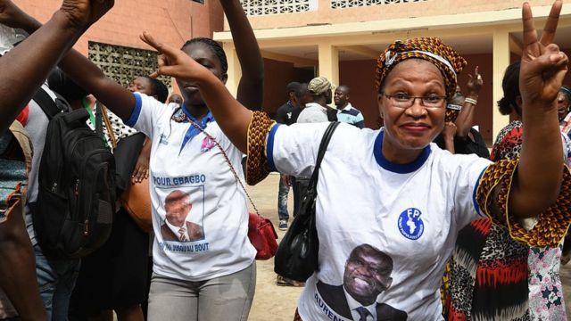 Des partisans de l'ancien président ivoirien Laurent Gbagbo font des gestes après avoir assisté à la retransmission en direct de son procès devant la Cour pénale internationale (CPI) à La Haye, le 28 janvier 2016 à Abidjan