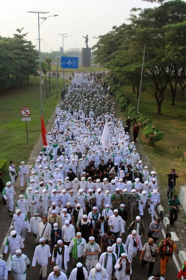 Massa pendukung Rizieq Shihab berjalan menuju Terminal 3 Bandara Soekarno Hatta, Tangerang, Banten, Selasa (10/11).