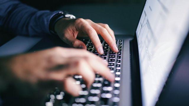 pessoa usando laptop
