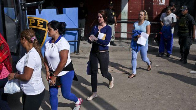 Michaella McCollum (centro) y Melissa Reid (siguiendo detrás) siendo trasportadas a la penitenciaría