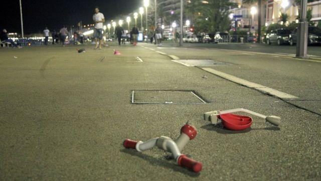 Brinquedo de criança quebrado no local do ataque