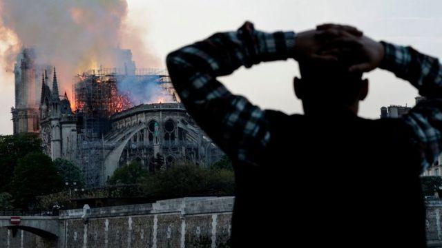Lamentos frente a Notre Dame.