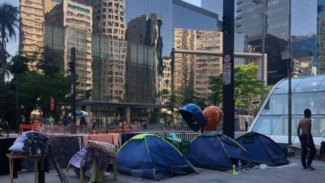 Barracas de moradores de rua na Avenida Paulista, em São Pauki
