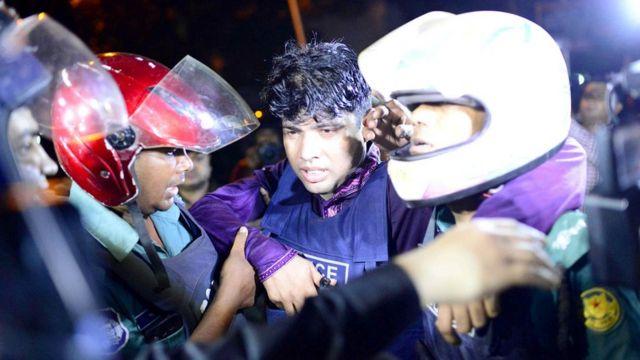 Policial ferido em Dhaka