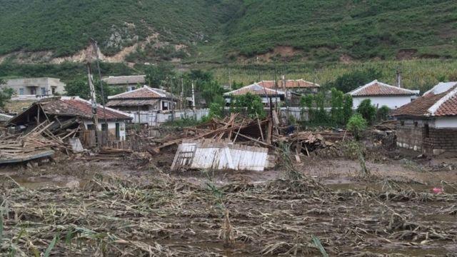 洪水による農産物の被害は北朝鮮の慢性的な食料不足の状況を悪化させるとみられる(写真は今月7日に撮影された咸鏡北道の被災地の様子)