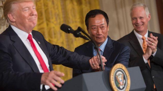 鸿海总裁郭台铭周三与美国总统特朗普在白宫东厢办公室共同宣布投资计划。
