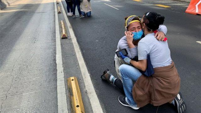 Personas a la espera en las calles de CDMX tras el sismo.