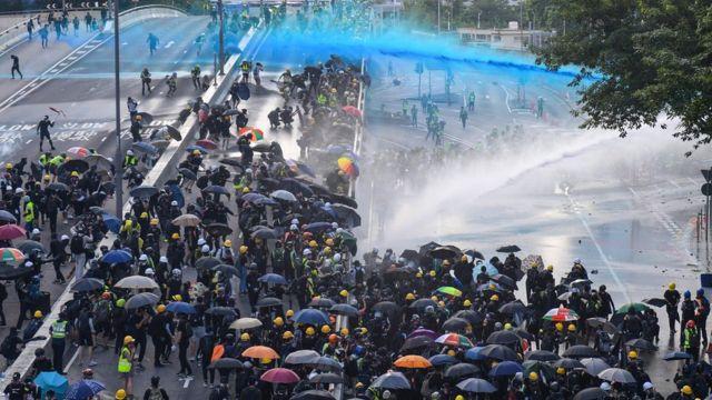 警方使用水炮車驅散人群。