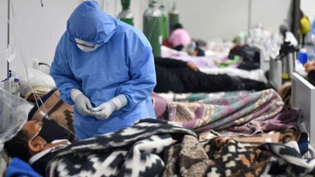 Un sanitario atiende a un enfermo hospitalizado en Arequipa.