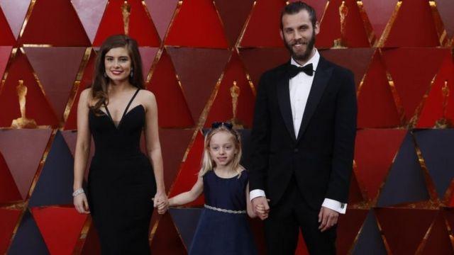 """Los directores del corto de acción real """"Silent Child"""", con la pequeña protagonista de 6 años, Maisie Sly, que es sorda"""