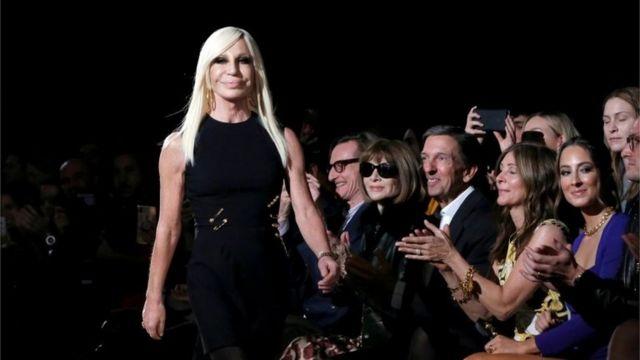 Donatella Versace camina en un desfile en Nueva York, el 2 de diciembre.