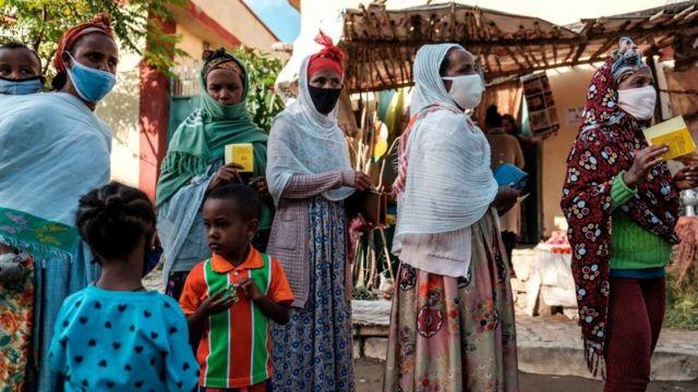 Personas haciendo cola para votar en Tigray.