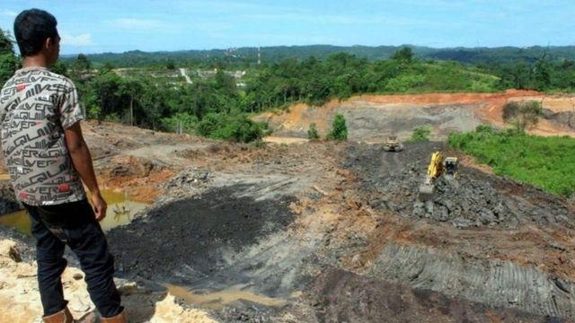 Seorang pekerja penambangan batu bara di luar Kota Samarinda, Kalimantan Timur.