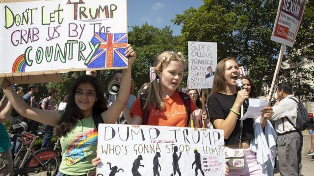Người biểu tình trước giờ bắt đầu cuộc tuần hành Cùng nhau Chống lại Trump ở London. Hai tổ chức Stop Trump Coalition (Liên minh Ngăn Trump lại) và Stand up to Trump (Đứng dậy chống Trump) cùng nhau phối hợp tổ chức tuần hành trên toàn quốc phản đối các chính sách và quan điểm chính trị của ông Trump trong chuyến thăm chính thức Anh Quốc của ông.