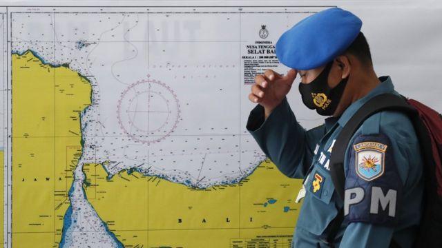 Um militar está em frente a um mapa da área de busca pelo desaparecido submarino da Marinha da Indonésia KRI Nanggala, em um comando no Aeroporto Ngurah Rai em Bali, Indonésia, 23 de abril de 2021