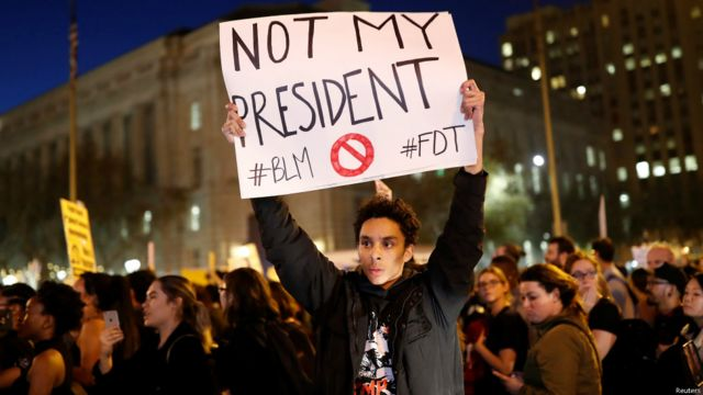 Des milliers de personnes ont manifesté dans plusieurs villes contre Donald Trump