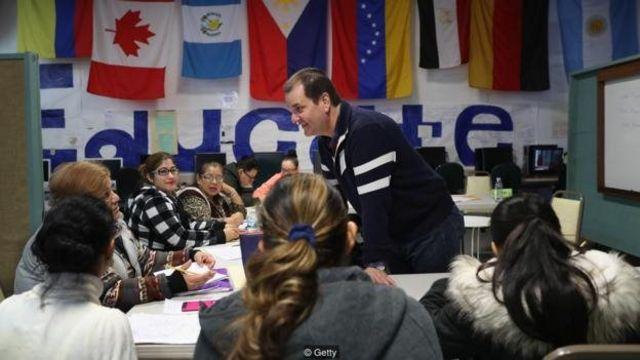 بعضی وقتها شرایط زندگی به شاگردان بزرگسال فشار میآورد تا از موانع روانی عبور کنند - مثل این مهاجران در مرکز مهاجران ایاسال در ایالت کنتیکت