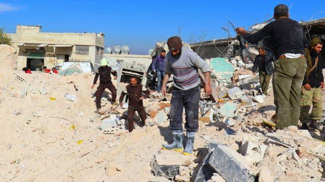 ناس يبحثون في الأنقاض عن ناجين من الغارات في إدلب