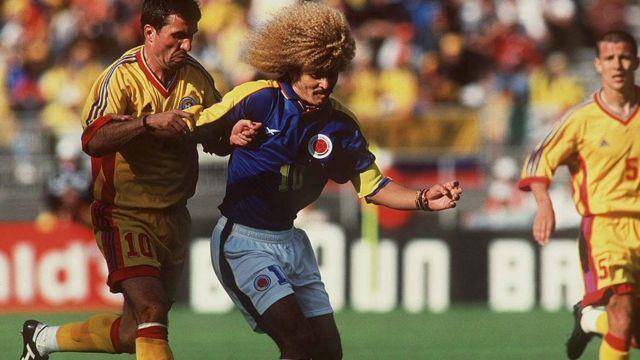 Hagi y Valderrama se disputan el balón en un partido de Francia 1998.