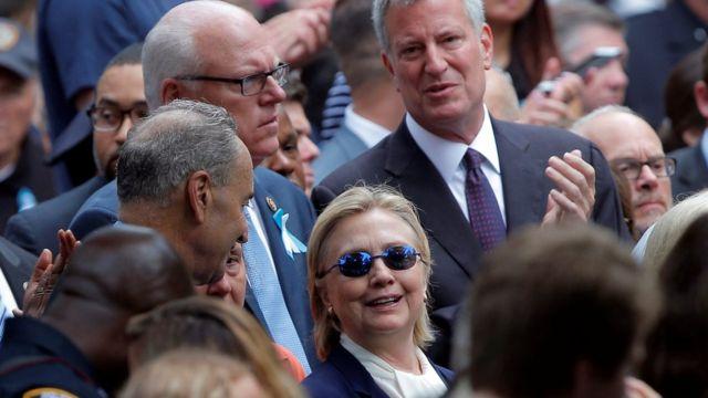 9/11の追悼式典に出席したクリントン氏(中央)とデブラシオ・ニューヨーク市長(後方右)