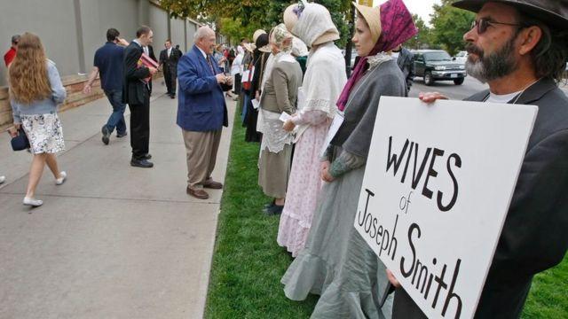 Юталык дин аалымы мормондордун негиздөөчүсү Джозеф Смиттин көп аялы болгонун айтып, акцияга чыккан. 2009-жыл, 3-октябрь