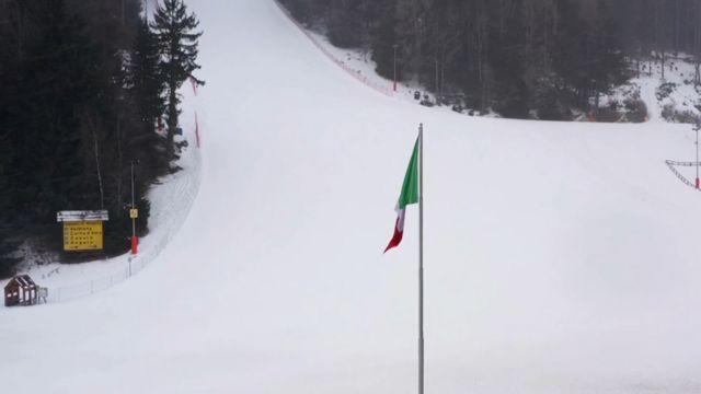 Пустая лыжная трасса на курорте Понте-ди-Леньо в Ломбардии