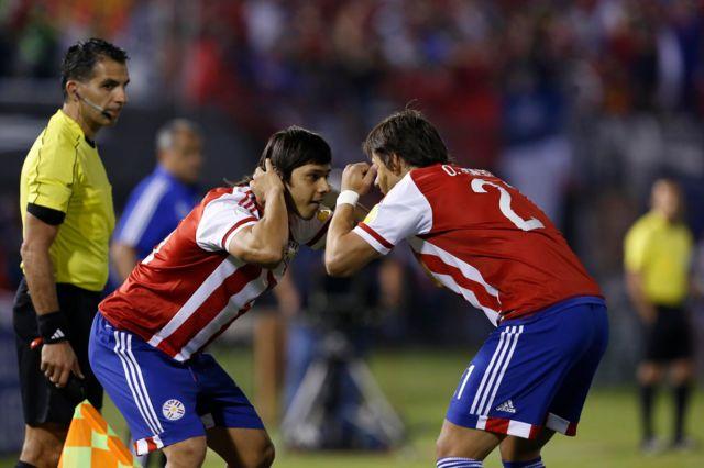 Paraguay festejando el primer gol.