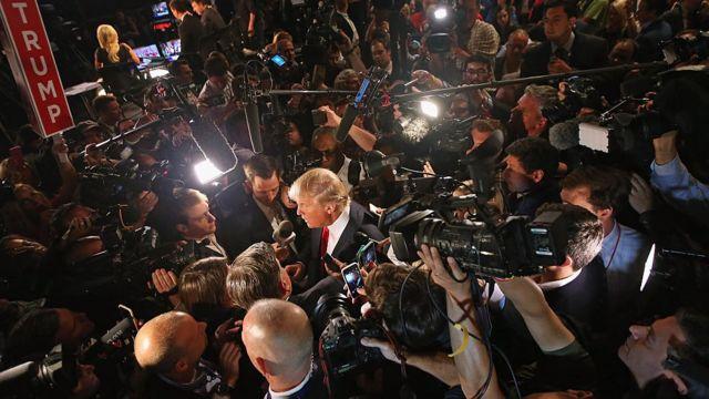 Donald Trump hablando con un grupo de reporteros