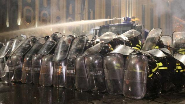 Полиция применила водометы для разгона демонстрантов