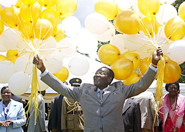 Kiongozi mkongwe wa Zimbabwe Robert Mugabe akiwa ameshikilia vibofu 83 mbele ya ndugu na marafiki katika makazi yake rasmi mjini Harare, Zimbabwe - tarehe 21 Februari 2007