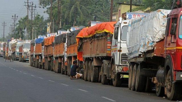 आर्थिक नाकेबंदी के दौरान खड़े हुए ट्रक