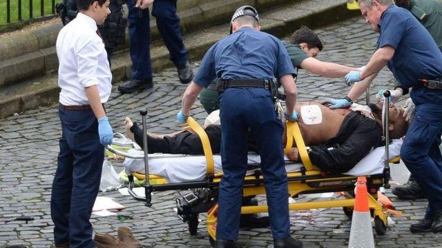 この男性は担架で救急車に運ばれた