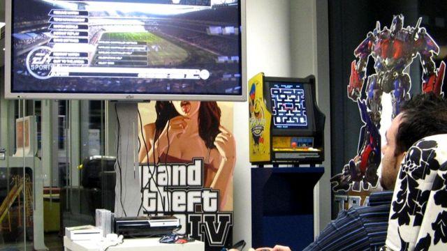 Во время видеоигры на большом экране