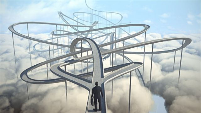 Un cadre devant plusieurs routes 8 conseils d'un expert qui vous aideront à oser changer de carrière (et comment votre âge l'influence) -  116487919 z5 - 8 conseils d'un expert qui vous aideront à oser changer de carrière (et comment votre âge l'influence)